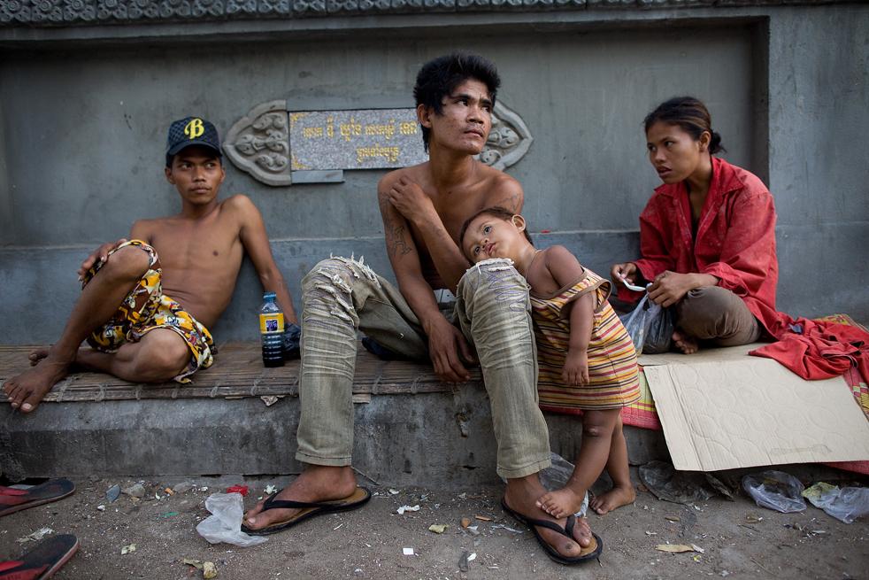 6. 24-летний Чамарун (в центре) живет на улице со своей женой. Он токсикоман, с 1997 года нюхает клей. (Getty Images / Paula Bronstein)