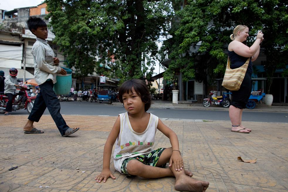 8. 3-летняя Синал бродит по улицам, выпрашивая милостыню у туристов, у Национального музея Пномпень. (Getty Images / Paula Bronstein)