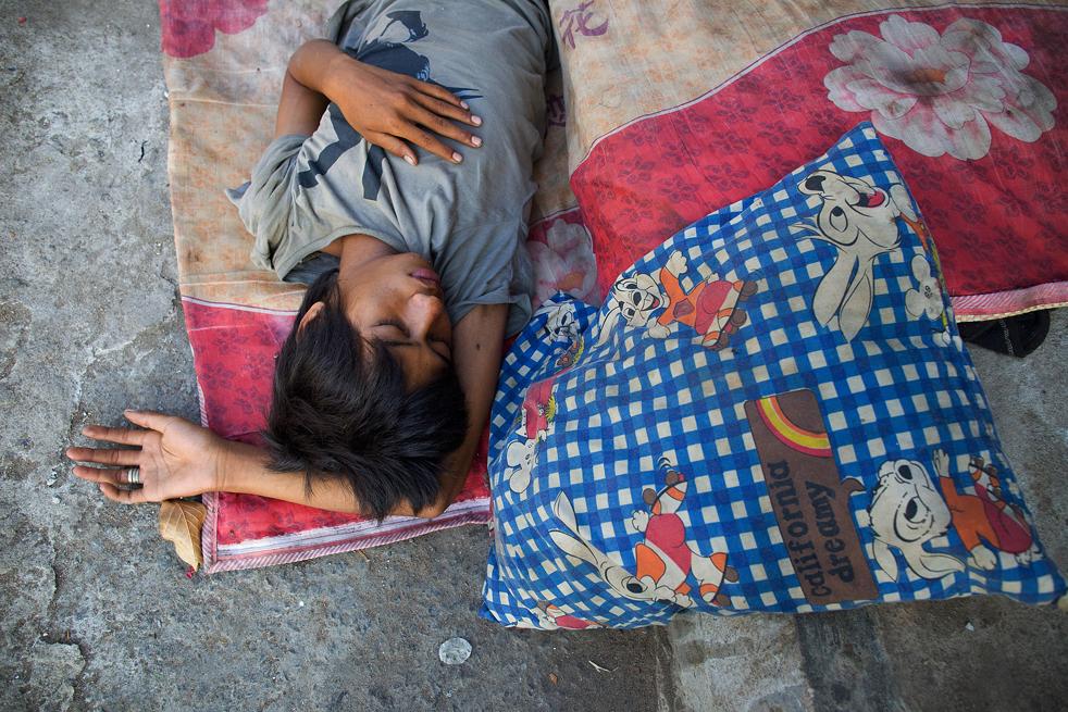 9. Камбоджийский мальчик спит на улице в Пномпень 7 февраля. (Getty Images / Paula Bronstein)