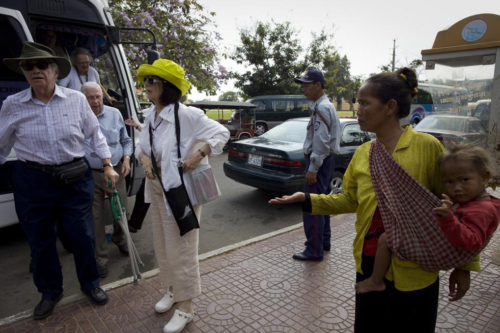 11. Камбоджийская мать Ворн и ее сын Коав просят милостыню у туристов. (Getty Images / Paula Bronstein)