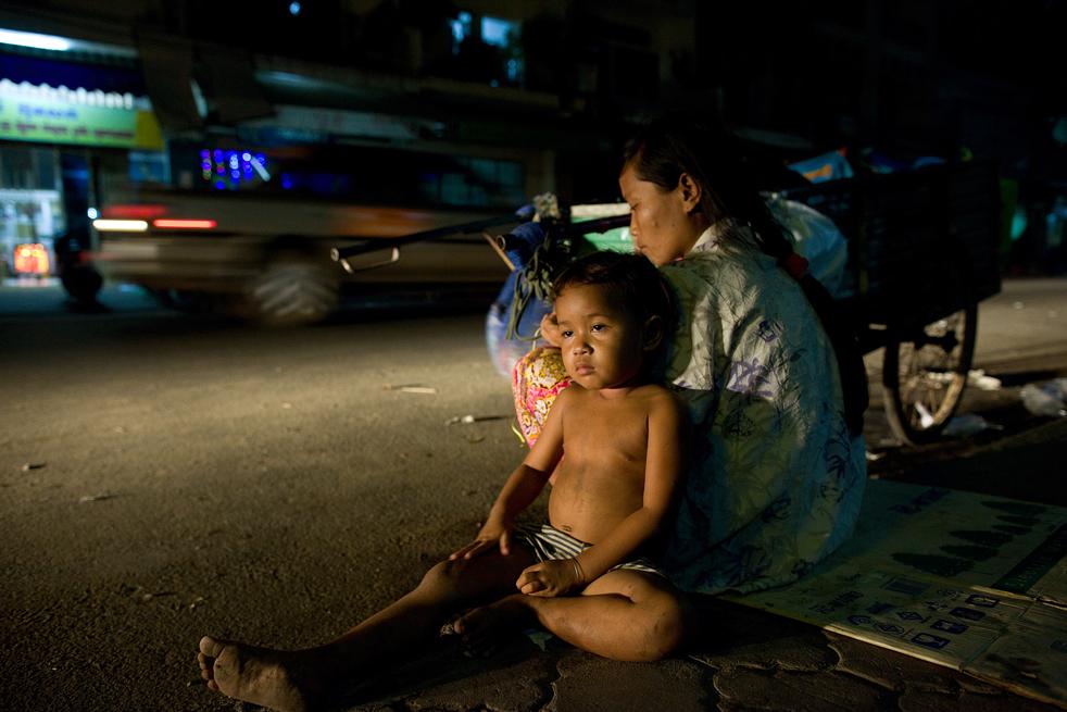 12. Камбоджийская мать сидит на улице со своей дочерью 4 февраля в Пномпене. (Getty Images / Paula Bronstein)