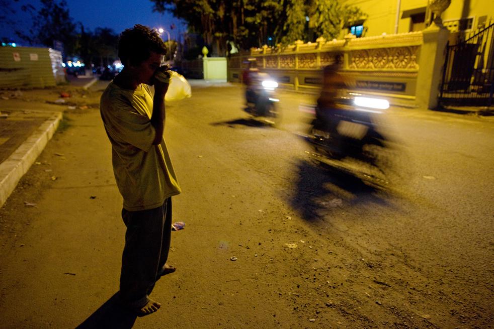 16. Слепой и безработный мистер Пен нюхает клей для обуви 4 февраля на улице Пномпеня. (Getty Images / Paula Bronstein)