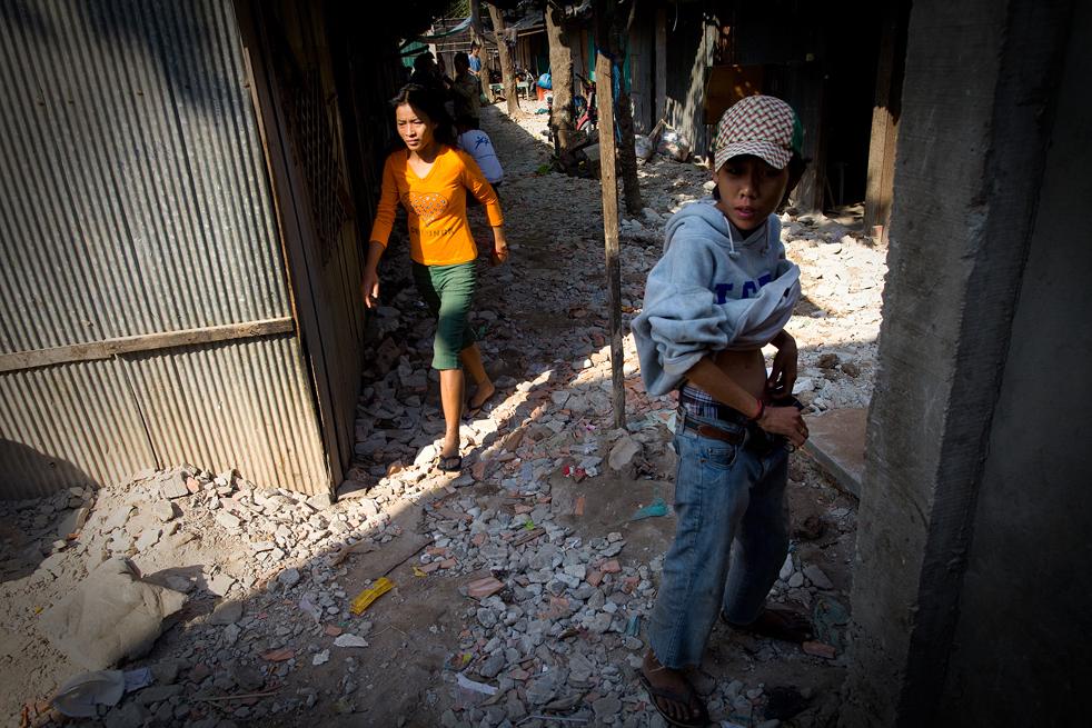 19. Парень вкалывает себе героин в трущобах Пномпеня 6 февраля. (Getty Images / Paula Bronstein)