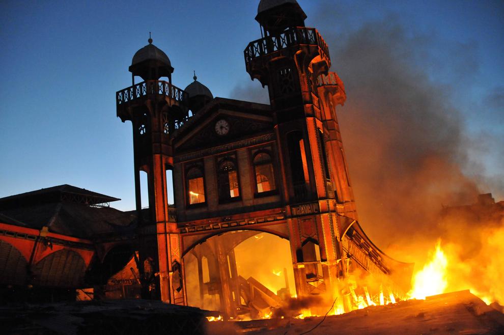 2. Фасад Айрон Маркет горит в Порт-о-Пренс 29 января 2010 года. (Alex Ogle/AFP/Getty Images)