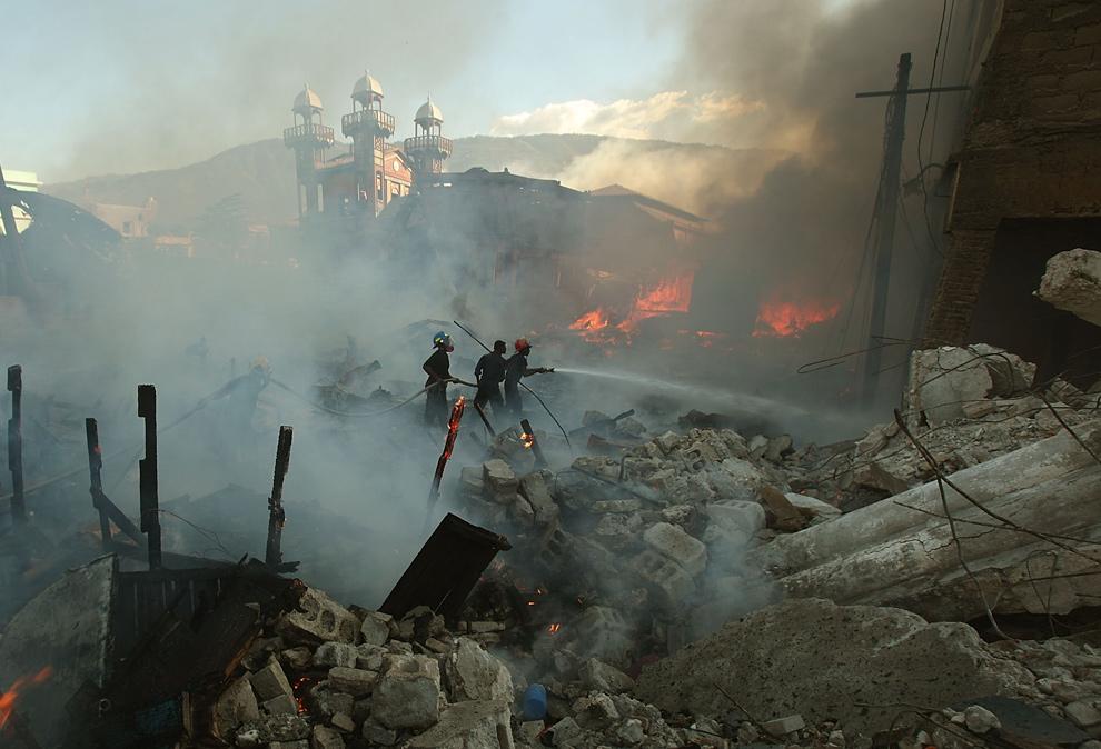 5. Пожарные тушат один из нескольких подозрительных пожаров на рынке 29 января 2010 года. (Mario Tama/Getty Images)