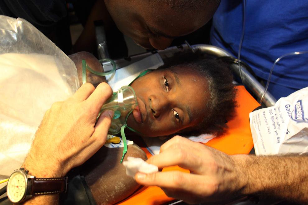 19. 16-летнюю Дарлин Этьен, которую вытащили из-под обломков здания, привезли в больницу в Порт-о-Пренс 27 января 2010 года. Обезвоженная и ослабевшая, Этьен едва могла говорить, и все же ей удалось прошептать «спасибо» своим спасителям. (LAURENT ROCH/AFP/Getty Images)