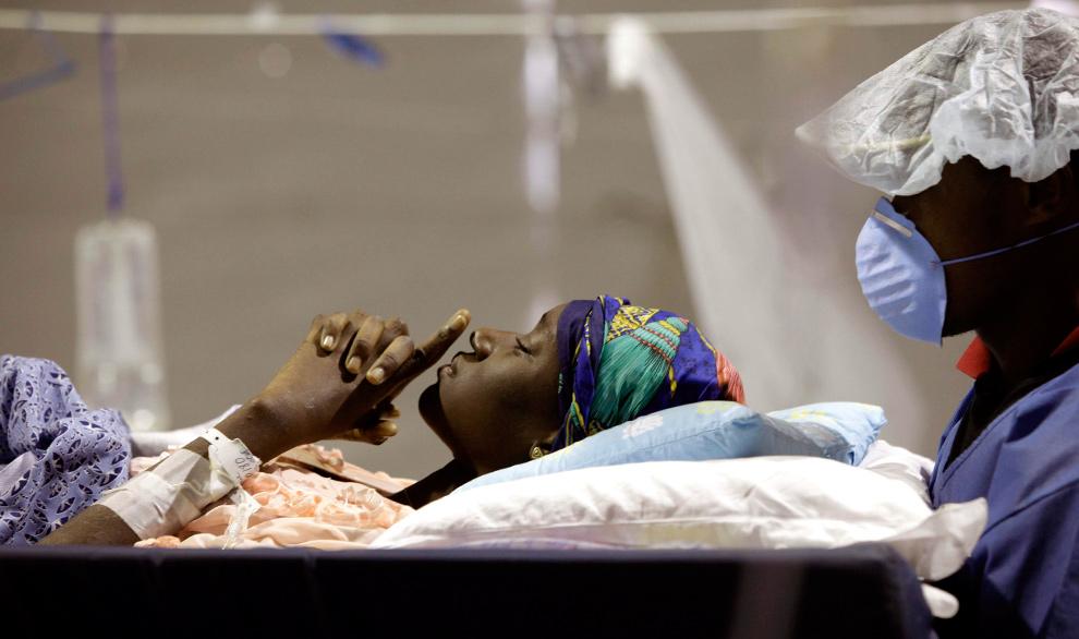 31. 15-летнюю Уитлде Констанзу везут в операционную для того, чтобы сделать операцию на ногу, в полевом госпитале от университета Майями в международном аэропорту Гаити в Порт-о-Пренс 30 января 2010 года. (AP Photo/Ariana Cubillos)