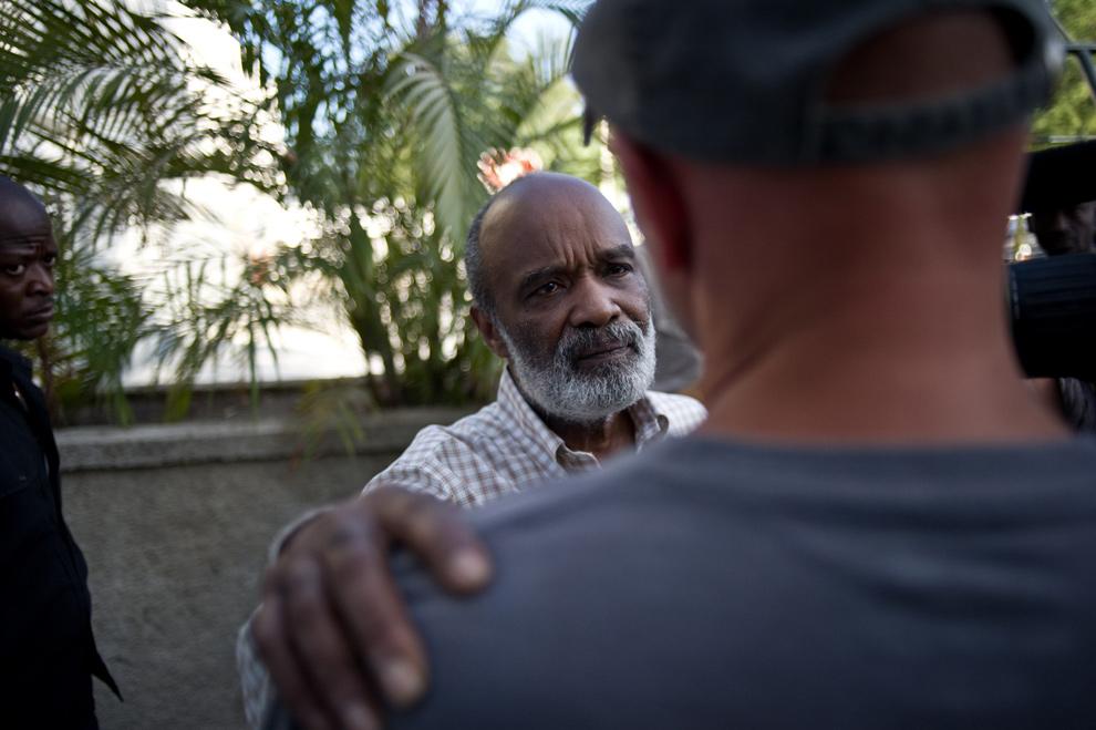 35. Президент Гаити Рене Превал (в центре) разговаривает с неизвестным человеком у президентского дворца в Порт-о-Пренс 30 января 2010 года. (FRED DUFOUR/AFP/Getty Images)