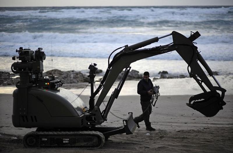 16. Эксперт по взрывчатым веществам израильской полиции управляет роботом по поиску взрывного устройства управляемого детонирования. (фото: Reuters)