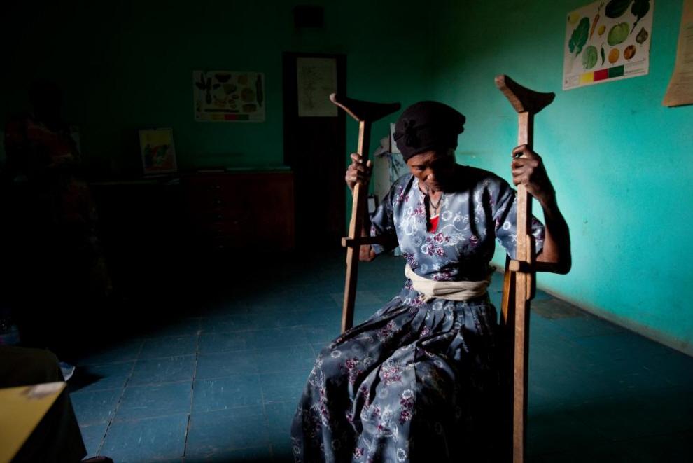 1. Женщина рассказывает медицинскому работнику, что ее муж бросил ради другой женщины и отказался платить за ее лечение. (Agton Strom)