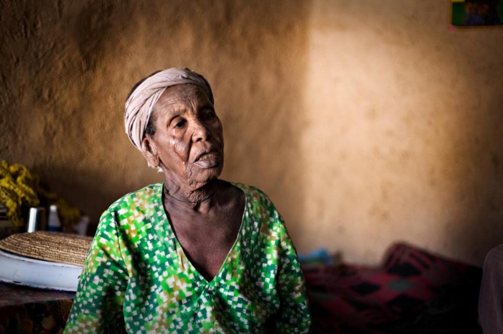 4. Женщина плачет, рассказывая про условия жизни в деревне. (Agton Strom)