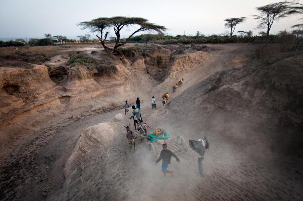 21. Дети возвращаются в деревню, набрав воды. (Agton Strom)
