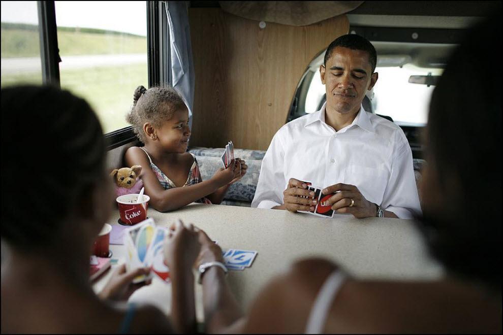 """2) """"Обама хороший объект для съемки. Помню я познакомился с ним в 2003, мы тогда делали обложку на тему """"People to watch. Я тогда много узнал о Бараке во время кампании Керри и мне было довольно легко работать на предвыборной кампании самого Обамы в 2008."""" На фото: 4 июля 2007, сенатор штата Иллинойс Барак Обама с детьми играет в карты."""