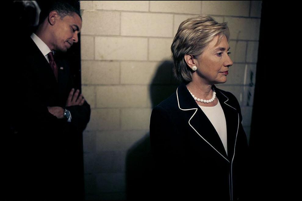 3) Барак Обама и Хилари Клинтон в Лондоберри, 16 октября 2008, перед выходом на сцену. Снимок получил премию Award of Excellence.