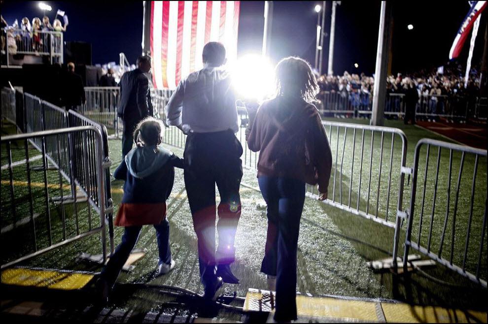 """5) Чарльз отвечает на вопрос, что дается ему труднее всего. """"Труднее всего дается мобильность. Вы знаете шмякнуться о землю на бегу - это очень не просто. Мне уже 43 и я честно говоря не знаю как долго смогу поддерживать физическую форму."""" Барак Обама и его жена Мишель с детьми в Огайо, во время президентской кампании."""