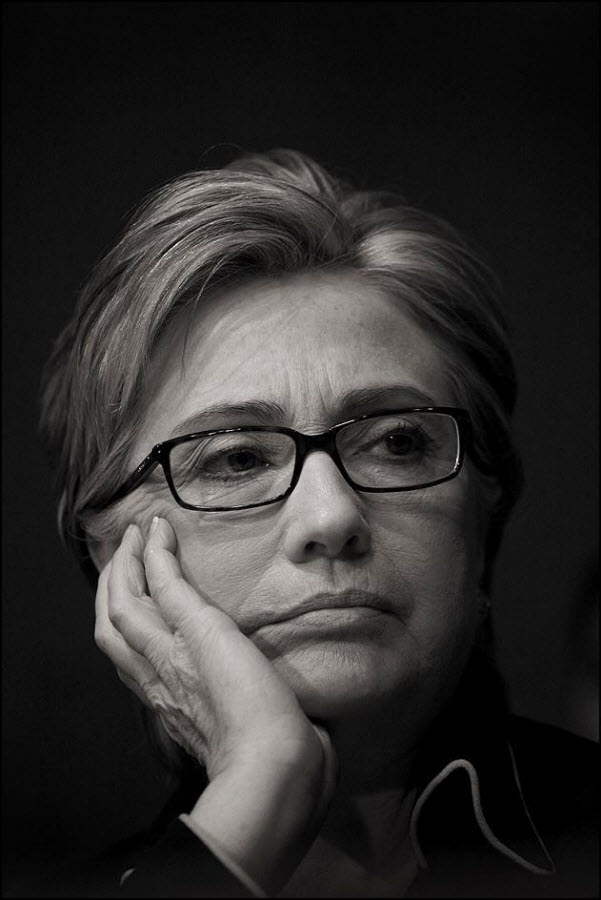 7) Хилари Клинтон слушает доклад генерала Дэвида Петрэуса о состоянии дел в Ираке.