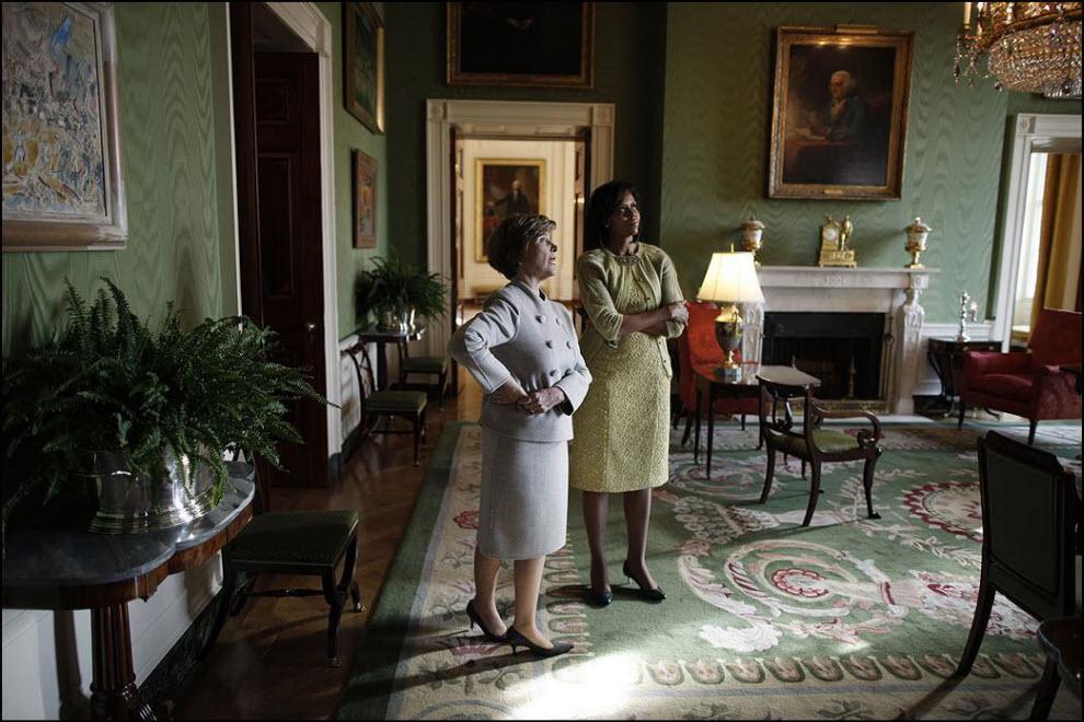 10) Лаура Буш проводит для Мишель Обамы экскурсию по Белому дому во время завтрака в день инаугурации Барака Обамы.