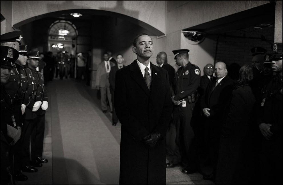 11) За это фото Чарльз получил премию Политическое фото 2009 года. Барак Обама готовится выйти на церемонию инаугурации.