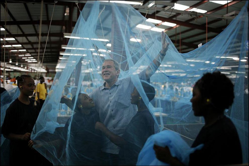 16) Президент Джордж Буш приветствует рабочих фабрики по производству москитных сеток в Танзании, во время своего тура ``От A до Z``, 18 февраля 2008.