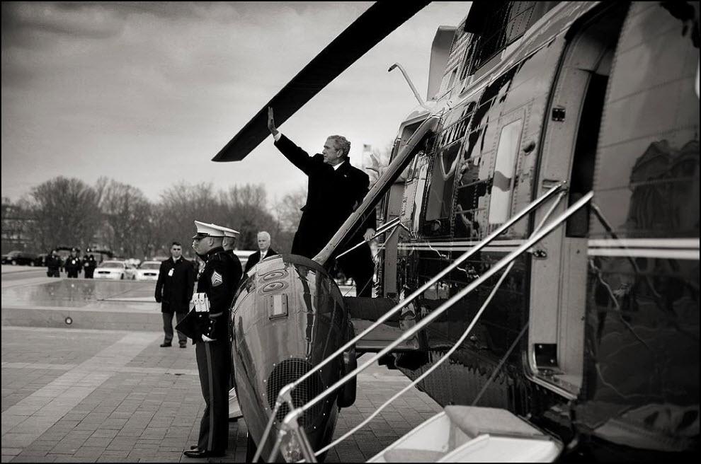 """17) """"За прошедшие 10 лет я работал по заданию ``Newsweek`` в президентском пуле. Мне пришлось перестроиться, войти в ритм, меня окружали черные костюмы, толпы ждущих людей, и прочее и прочее. Но у меня оставалась все такая же мотивация, которая была в 90-х, когда я мотался по земному шару и фотографировал человеческую природу."""" На фото бывший президент США Джордж Буш улетает домой в Техас, после сдачи поста."""