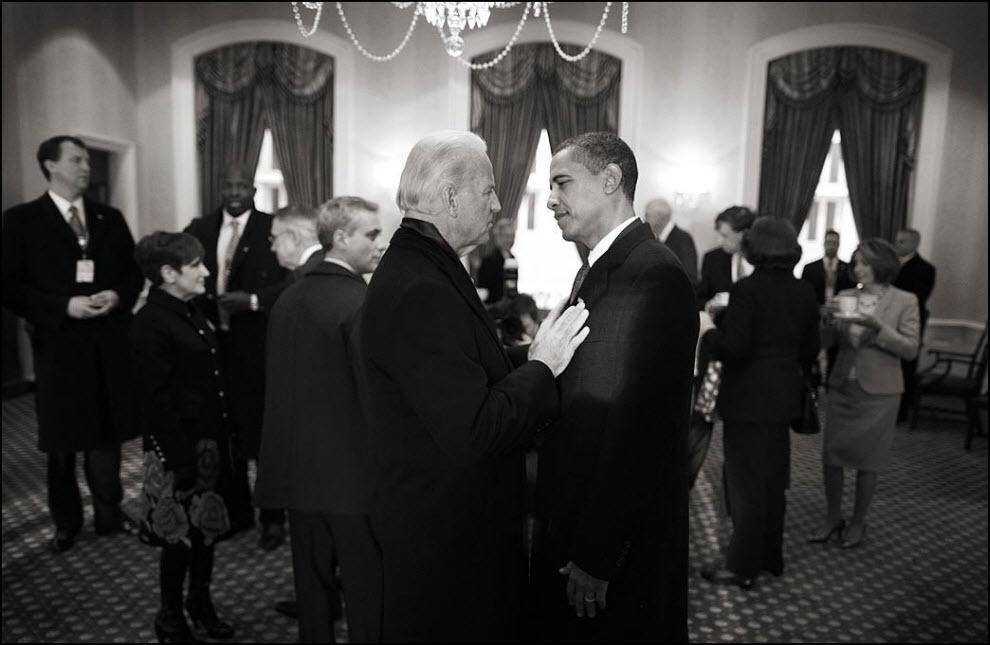 """18) """"Обычно Newsweek просит цветные фото, но иногда мне позволяют выдать им несколько черно-белых."""" На фото вице-президент Джо Байден разговаривает с президентом Бараком Обамой."""