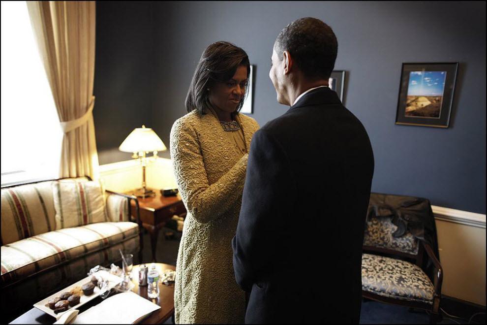 19) Последние приготовления, Мишель Обама помогает Бараку подготовиться.