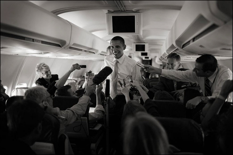 21) Пресс-конференция на борту самолёта.