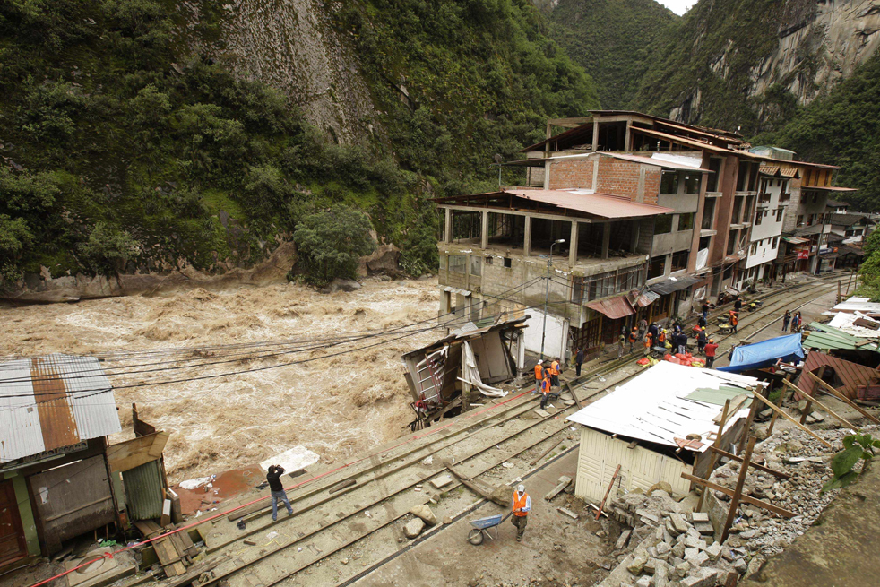 3. Рабочие чинят рельсы в Мачу-Пикчу Пуэбло в Куско, Перу, 28 января. (AP / Martin Mejia)