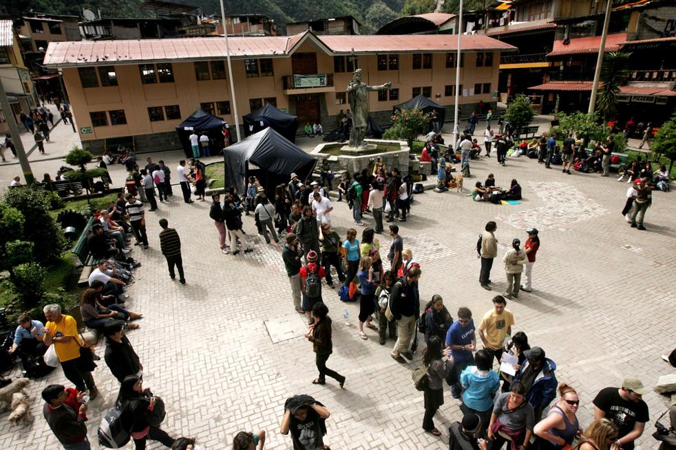 9. Иностранные туристы ждут эвакуации из Агуас Калиентес, недалеко от исторического места Мачу-Пикчу в регионе Куско, Перу, 28 января. (AFP / Getty Images)