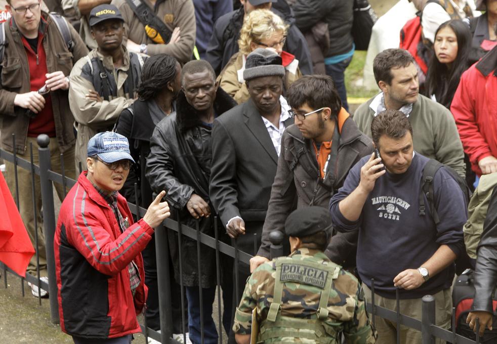 11. Японский турист спорит с перуанским полицейским в очереди иностранных туристов, которые пытаются эвакуироваться с места Мачу-Пикчу Пуэбло у города Куско 28 января. (AP / Martin Mejia)