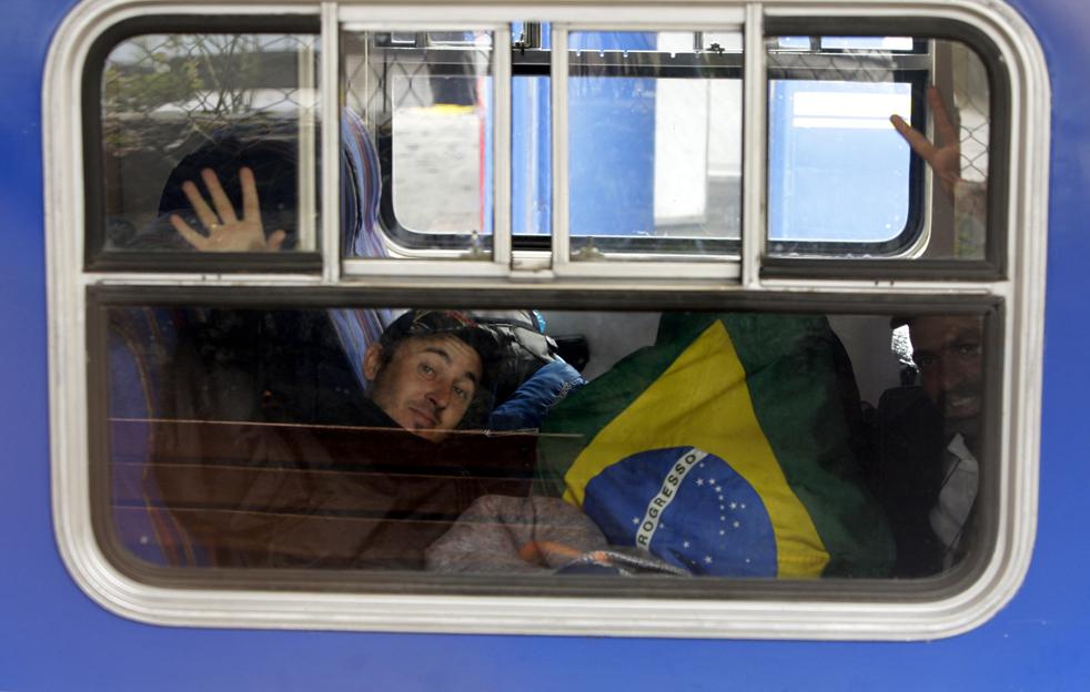 12. Бразильский турист машет из окна поезда, где он спал в ожидании эвакуации из Мачу-Пикчу Пуэбло в Куско 28 января. (AP / Martin Mejia)