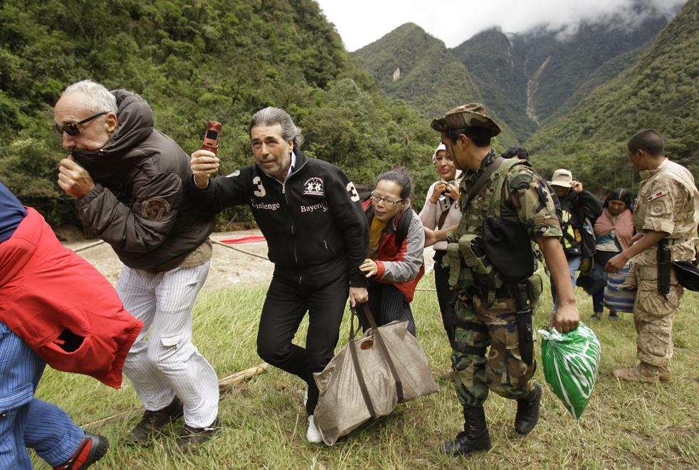 16. Иностранных туристов эвакуируют из поселка Агуас Калиентес недалеко от Мачу-Пикчу, Перу, 28 января. (AP / Martin Mejia)