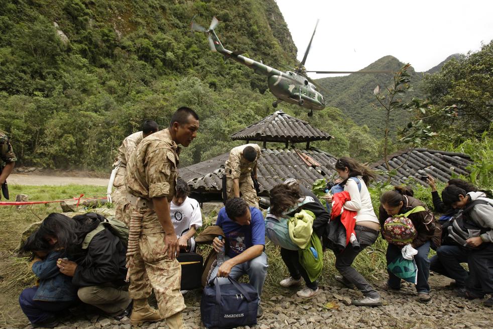 17. Туристы ждут посадки на вертолет, чтобы улететь из Мачу-Пикчу Пуэбло в городе Куско, Перу, 28 января. (AP / Martin Mejia)