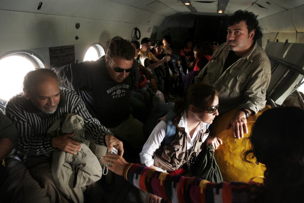 18. Иностранных туристов сажают на борт военного вертолета Mi-8, чтобы увезти из деревни Агуас Калиентес, недалеко от Мачу-Пикчу Пуэбло 28 января. (AFP / Getty Images)