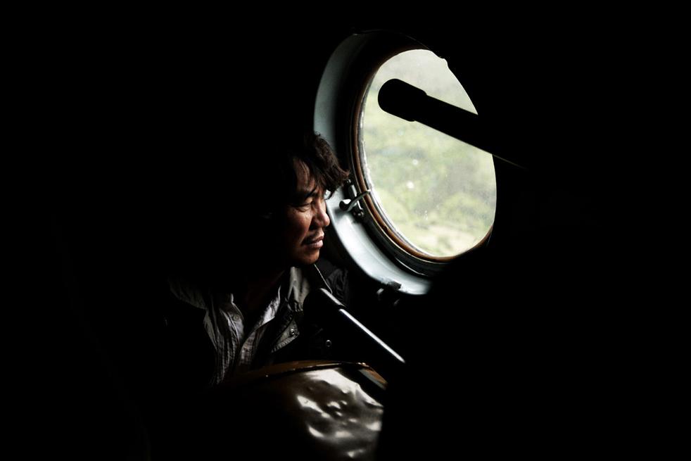19. Турист смотрит в окно военного вертолета Mi-8, на борту которого он улетает из деревни Агуас Калиентес, недалеко от исторического места Мачу-Пикчу Пуэбло в Куско 28 января. (AFP / Getty Images)