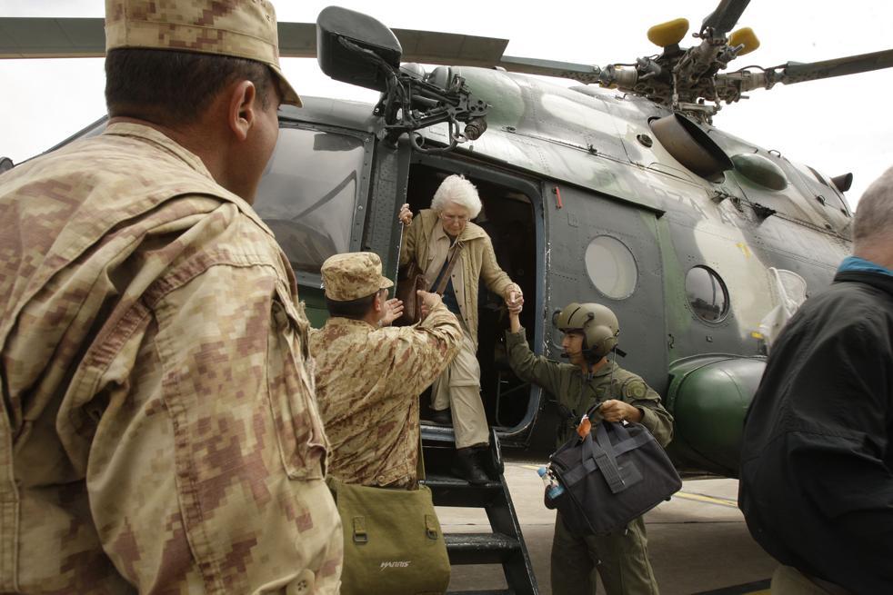 20. Перуанские солдаты помогают туристке, вывезенной на вертолете из Мачу-Пикчу Пуэбло в Куско 27 января. (AP / Martin Mejia)