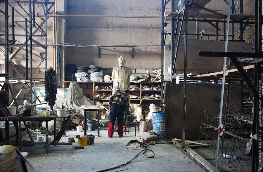 1) Сначала из гипса делают полноразмерную модель будущего памятника.