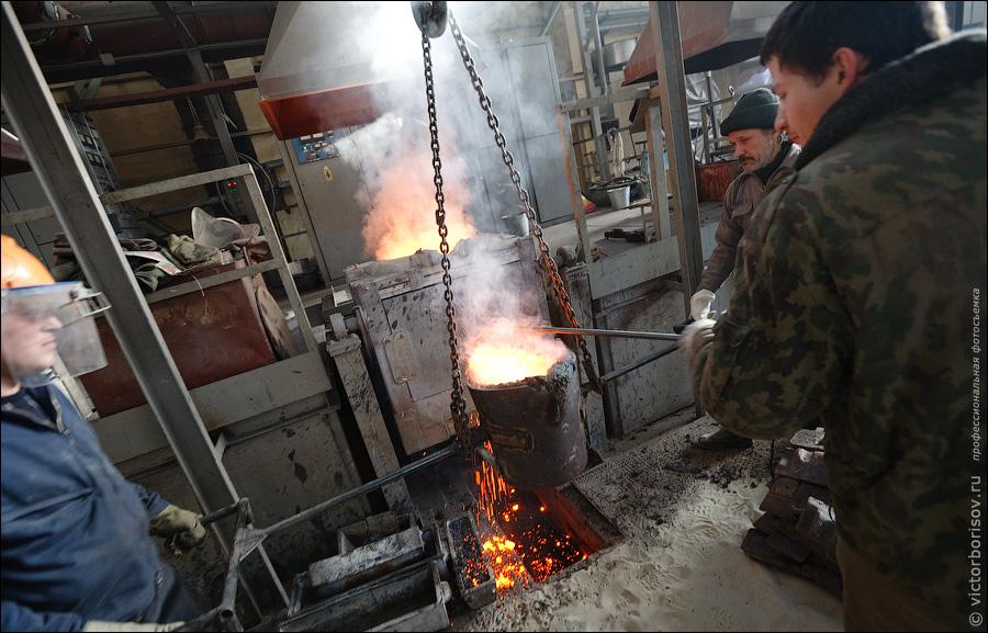 15) Наливаем из котла расплавленный металл и снимаем «пенку».