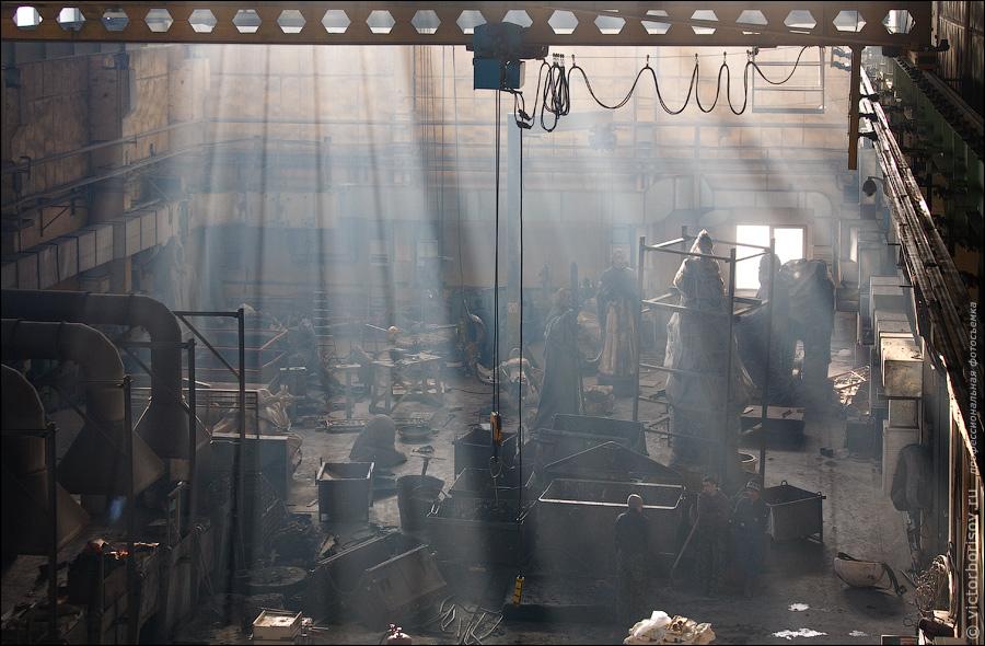 17)  А пока готовится второй чан с металлом посмотрим вокруг — вдали цех финишной работы с бронзовыми заготовками.