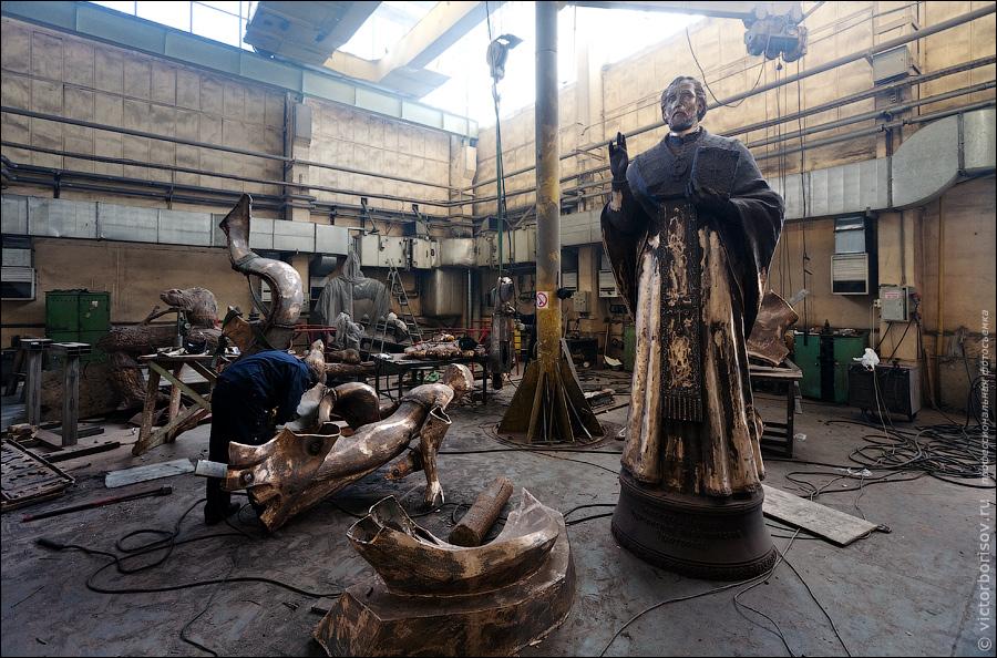 23) После того, как отформованные детали застынут их необходимо собрать в цельный памятник. Это делается при помощи газовой сварки.