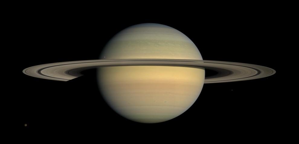 """2) Это фото в естественных тонах было сделано космическим аппаратом """"Кассини"""" 23 июля 2008 года и представляет собой мозаику из 30 снимков, которые аппарат делал в течение двух часов полета над планетой и ее системой колец."""