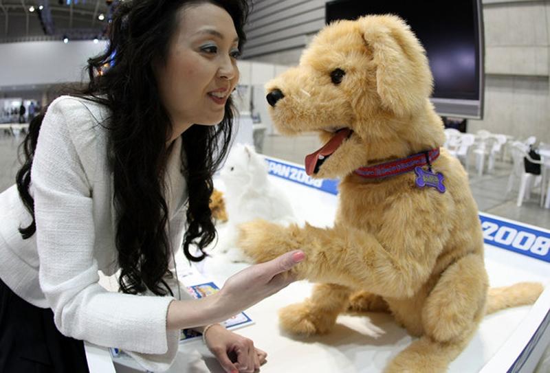 12. Собака-робот Yume Inu DX, созданная компанией Sega Toys, на выставке Robo Japan. (фото: Junko Kimura/Getty Images)