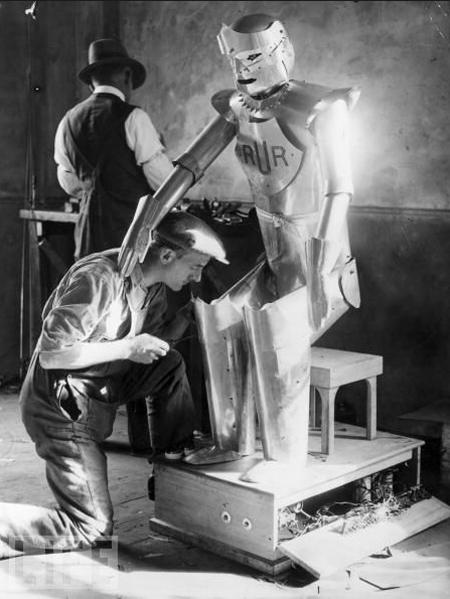 8. Робот Ричарда. Робот, разработанный английским изобретателем Ричардом У. в 1928, регулируется его помощником. Робот умел говорить, отвечать на вопросы, пожимать руку и т.д. (фото: Edward G. Malindine/Getty Images)