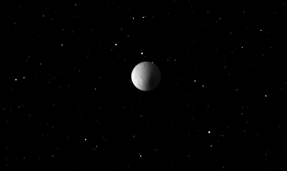 """10) В космосе Сатурн """"сопровождают"""" 62 спутника, самым интересным из которых является Энцелад, на котором, как считают ученые может находится жидкая вода, скрытая под вечными льдами южного полюса. Доказательством этого стал тот факт, что выбросы частиц льда с южного полюса спутника формируют одно из колец Сатурна."""