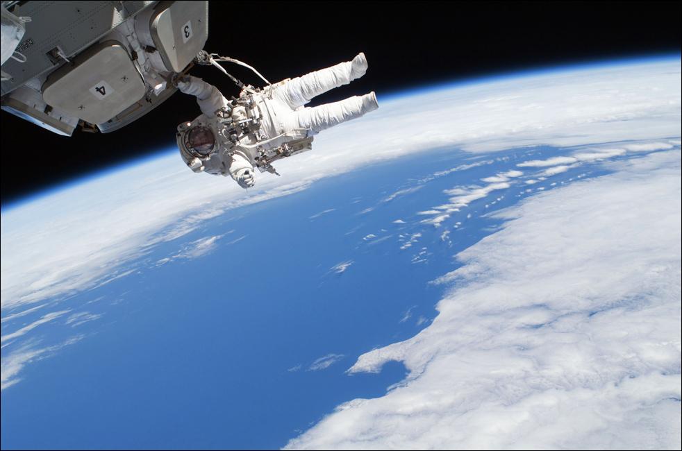 5. Астронавт Николас Патрик работает за бортом Международной космической станции. Во время своей миссии Патрик и его товарищ Роберт Бенкен убрали изоляционное покрытие и предохранительные болты с каждого из семи окон «Куполы». (AP / NASA)
