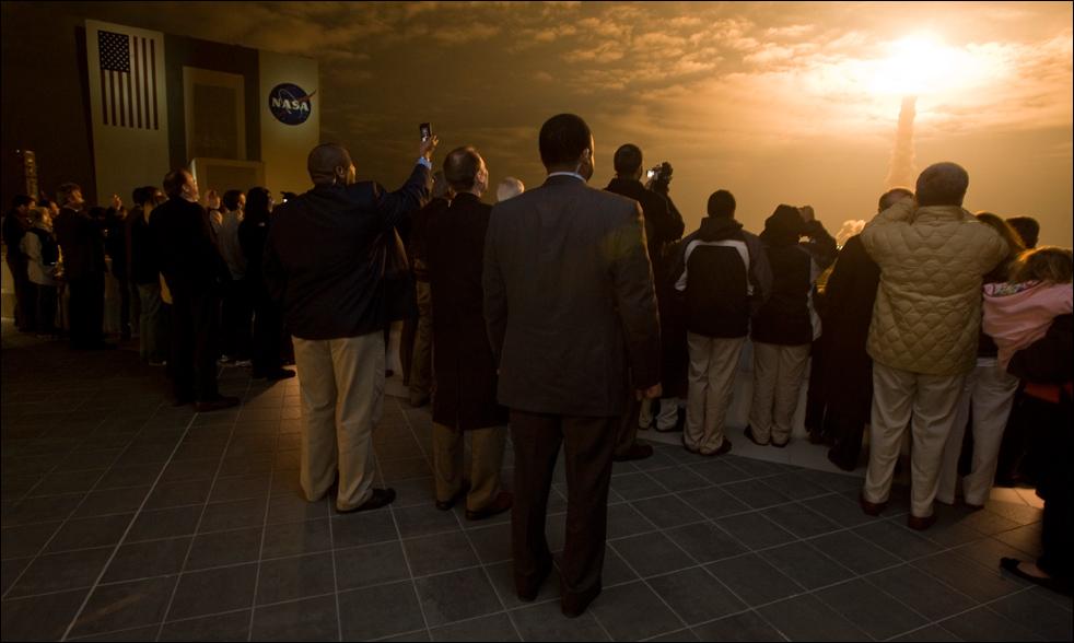 2. Гости наблюдают с балкона здания операционной поддержки, как шаттл «Endeavour» стартует с платформы 39А утром 8 февраля в космическом центре Кеннеди на мысе Канаверал. (AP / NASA / Paul E. Alers)