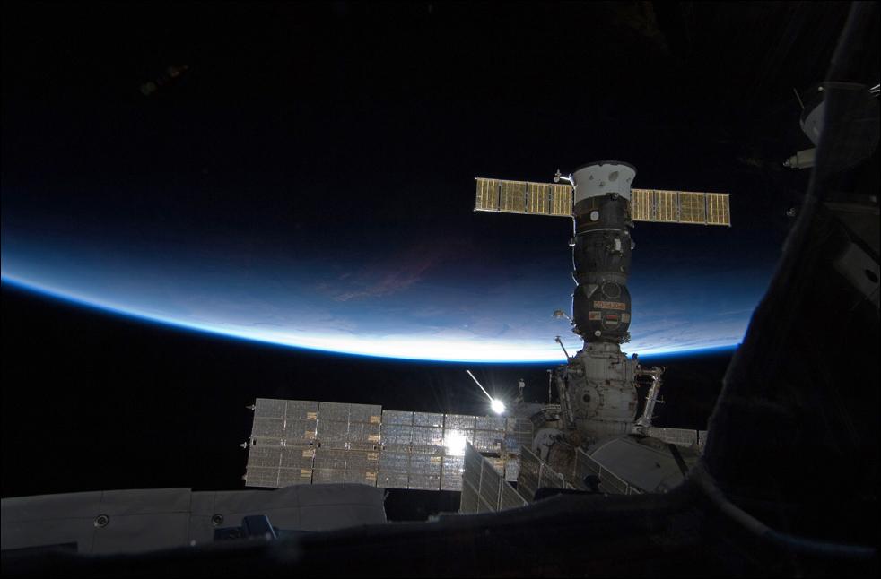 3. Этот снимок сделан астронавтом японского аэрокосмического исследовательского агентства Соичи Ногучи – инженером миссии «Экспедиция 22» - из окна установленной «Куполы» на Международной космической станции 18 февраля. Справа можно увидеть российский космический корабль «Прогресс». (AP / NASA)