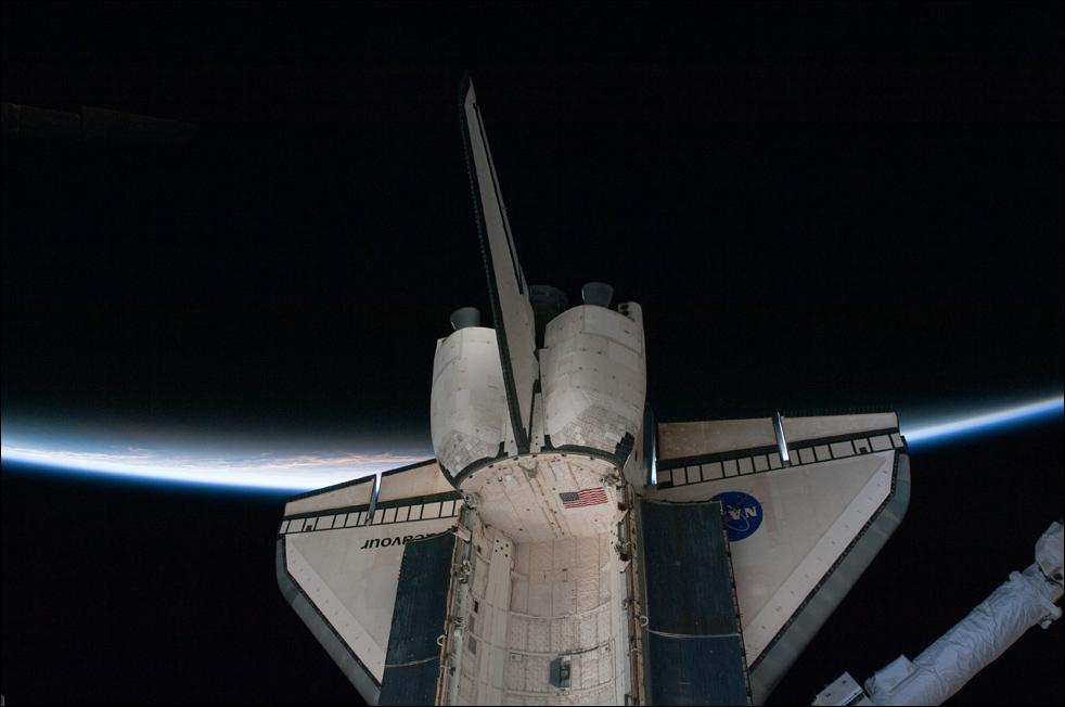 4. Корабль «Endeavour» пересекает тонкую линию земной атмосферы. Фото сделал один из членов экипажа, пока корабль оставался пристыкованным к станции 17 февраля. (AP / NASA)