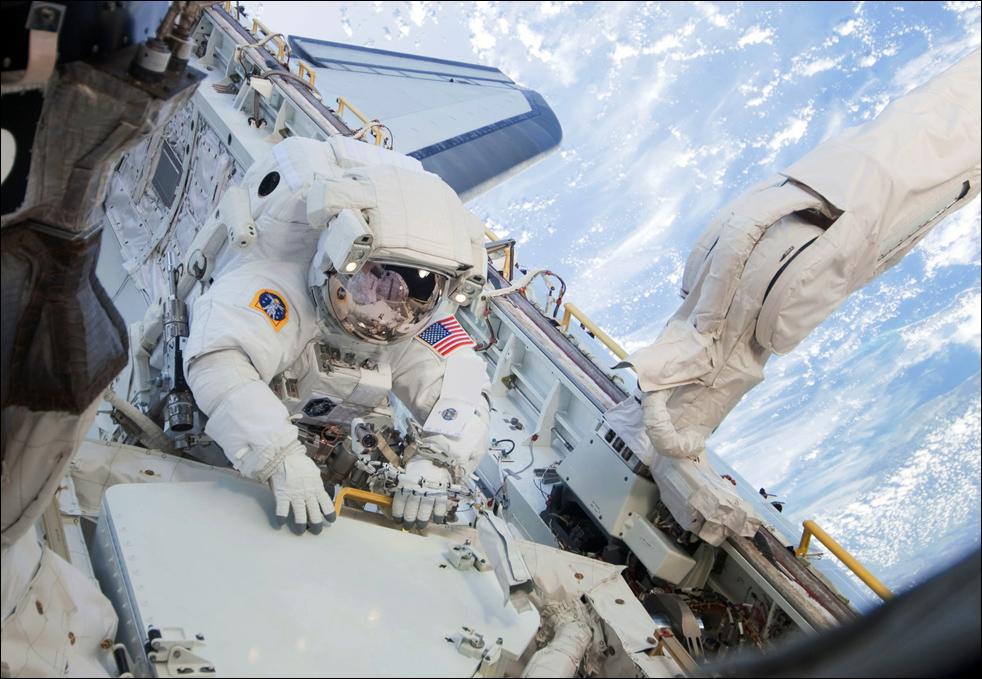 6. Астронавт Николас Патрик во время первого этапа работы за бортом космической станции. (AP / NASA)
