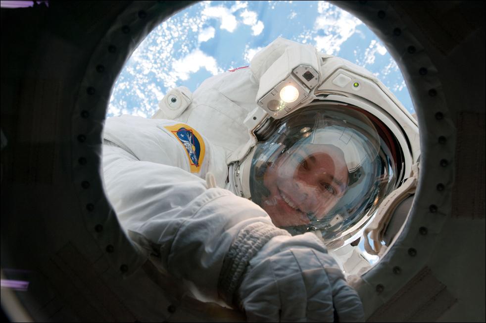 7. Астронавт Роберт Бенкен работает за бортом космической станции 14 февраля. (AP / NASA)